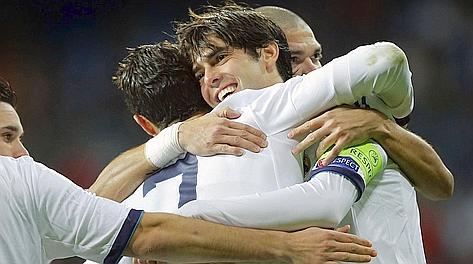 Ronaldo abbraccia capitan Kakà. Ap