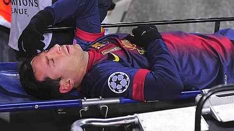 Leo Messi lascia il campo in barella. Afp