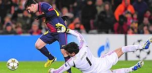 Il contatto tra Artur e Leo Messi. Afp
