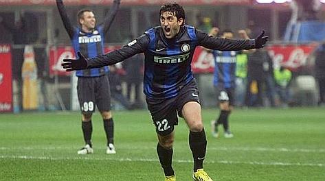 Diego Milito esulta dopo la seconda rete al Napoli. Ansa