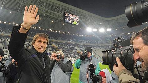 Antonio Conte saluta il pubblico per l'esordio stagionale in panchina allo Stadium. LaPresse