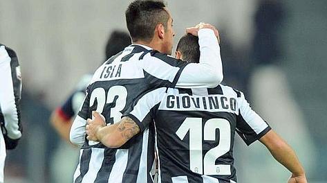 Isla abbraccia Giovinco dopo il gol partita. Ansa