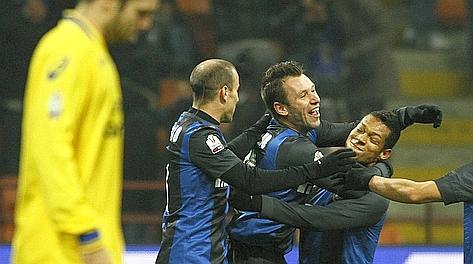 Antonio Cassano festeggiato dopo il gol del vantaggio. LaPresse