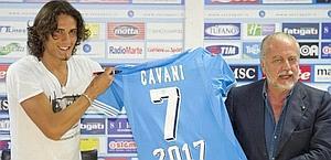 Aurelio De Laurentiis con Cavani. Ansa