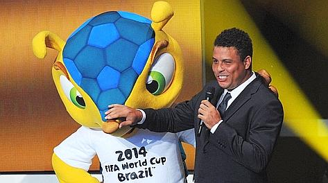 Fuleco, la mascotte di Brasile 2014, con Ronaldo. Ap