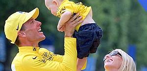 Armstrong con la moglie Kristin e il figlio Luke nel 2000. Epa