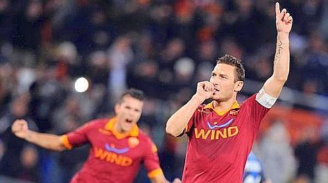 Francesco Totti festeggia il rigore del temporaneo 1-0. Ansa