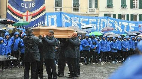 Il feretro del presidente della Sampdoria, Riccardo Garrone, arriva nella chiesa del Gesù, a piazza Matteotti a Genova. Ansa