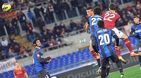 Il colpo di testa vincente di Alessandro Florenzi per l'1-0 della Roma. Ansa