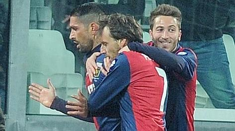 L'abbraccio dei compagni a Marco Borriello dopo l'1-1. Ansa
