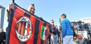 Un gruppo di tifosi a Malpensa. Ansa