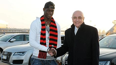 Mario Balotelli con Adriano Galliani all'arrivo a Malpensa. Afp