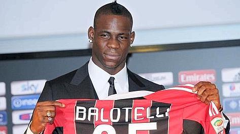 Mario Balotelli, 22 anni, con la nuova maglia. Reuters