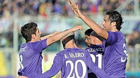 I viola festeggiano il primo gol del 2013 di Luca Toni. Ansa