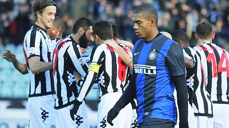 Il Siena festeggia, Juan Jesus sconsolato: 6 punti contro l'Inter per i bianconeri. Afp