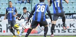 Alessio Sestu scocca il tiro per il 2-1. Ansa