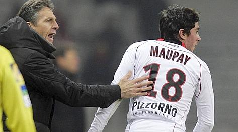 Neal Maupay, 16 anni, attaccante del Nizza, con il tecnico Puel. Reuters