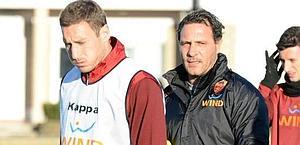 Roberto Muzzi, 41 anni, vice di Andreazzoli, e Totti. Ansa