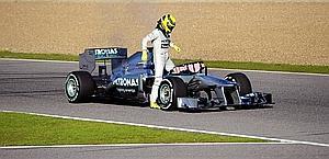 Nico Rosberg fermo in pista a Jerez con la sua Mercedes. Afp