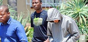 Oscar Pistorius accompagnato dagli agenti. Reuters