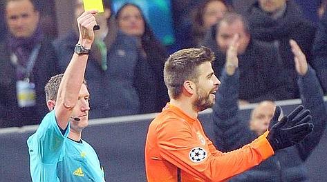 Gerard Piqué, ammonito dopo il gol del Milan per proteste. Ansa