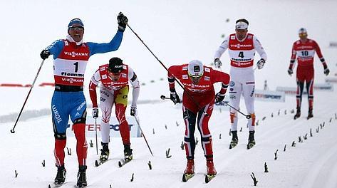 Nikita Kriukov, 27 anni, esulta al traguardo dello sprint a tecnica classica. Afp