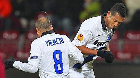 Fredy Guarin e Rodrigo Palacio festeggiano il primo gol dell'Inter. Epa