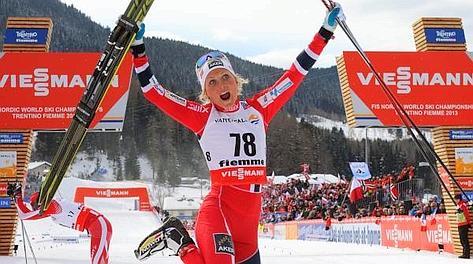La norvegese Therese Johaug festeggia la vittoria nella 10 km a tecnica libera. Epa