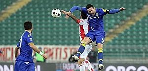 Ceccarelli salta anticipando il suo avversario. LaPresse