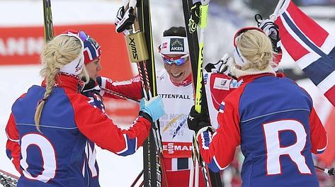 Marit Bjoergen abbracciatta dalle compagne: è oro Norvegia. Ap