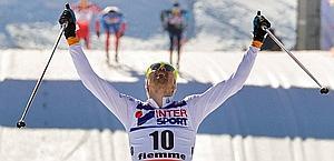 Johan Olsson esulta al traguardo della 50 km. Ap