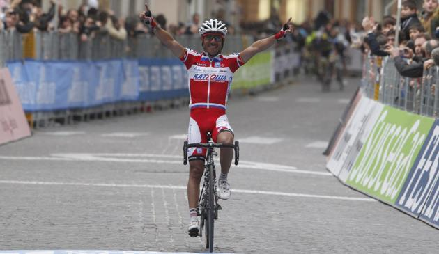 Rodriguez celebrates in Chieti. Froome is the new blue jersery