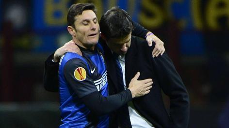 Javier Zanetti consola Andrea Stramaccioni. Afp
