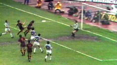 Il gol annullato a Turone il 10 maggio 1981. Ansa
