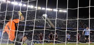 Messi segna su rigore per l'Argentina contro il Venezuela. Afp
