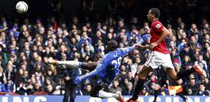 La stupenda acrobazia di Demba Ba per il gol del Chelsea. Afp