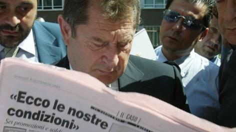 Ivan Ruggeri all'inizio degli anni Novanta mentre legge La Gazzetta dello Sport prima di una riunione in Lega. Ap