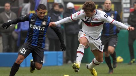Ciro Immobile (a destra) contrastato da Alejandro Gargano. Ansa