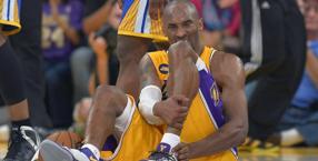 Kobe Bryant, 34 anni,  a terra dopo il grave infortunio. Ap