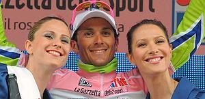Il vincitore del Giro d'Italia 2010 Ivan Basso festeggia sul podio. Ansa