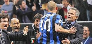 Sneijder e Mourinho festeggiano un'Inter vincente. Ap