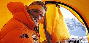 Simone Moro, 43 anni, in vetta al Gasherbrum II. 