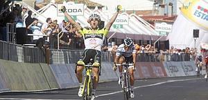 Oscar Gatto vince la tappa staccando Contador in volata. Bettini