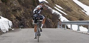 Contador sulla discesa del Crostis mentre prova il Giro. Bettini