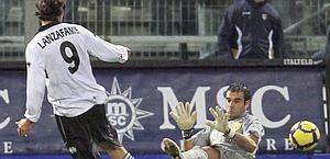 Davide Lanzafame balla tra la Juventus e il Palermo. Epa