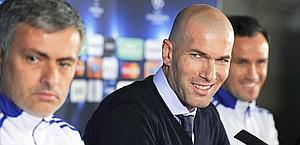 Zinedine Zidane con José Mourinho: è il nuovo d.s. del Real. Afp