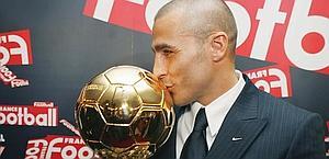 Cannavaro bacia il Pallone d'oro conquistato nel 2006. Reuters