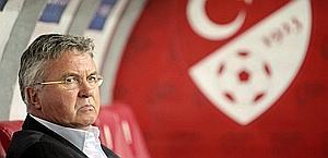 Guus Hiddink sulla panchina della Turchia. Epa