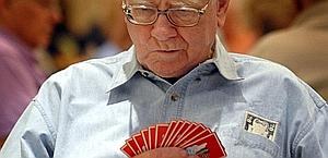 Il miliardario Warren Buffett durante una partita di bridge. Ap