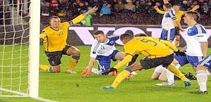 Zlatan Ibrahimovic in azione contro la Finlandia. Reuters